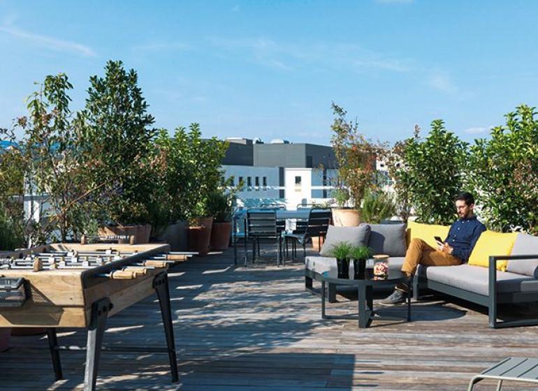 terrasse-rooftop-6-7-etage-maison-vitton-espace-detente-babyfoot-lyon