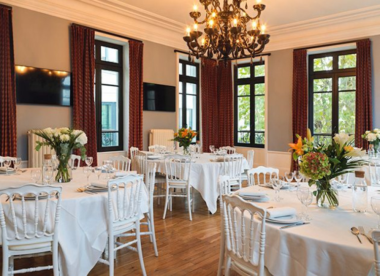 salle-de-soiree-entreprise-diner-assis-table-ronde-32-personnes-lyon