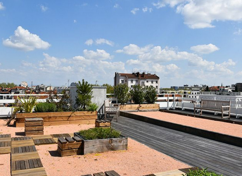 terrasse-rooftop-6-7-etage-maison-vitton-terrain-petanque-vue-lyon